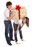Homme et fille heureux avec le cadre de cadeau. Photo stock