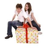 Homme et fille heureux avec le cadre de cadeau. Images stock