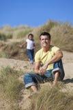 Homme et fille, père et descendant jouant à la plage image libre de droits