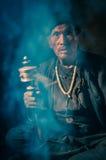 Homme et fumée au Népal Photographie stock libre de droits
