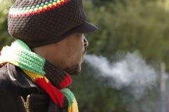 Homme et fumée de Rasta Photographie stock