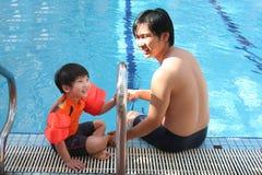 Homme et garçon à la piscine Photos libres de droits