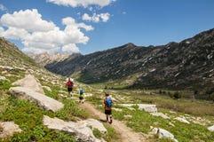 Homme et garçons trimardant dans les montagnes photos libres de droits