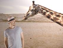 Homme et girafe Photo stock