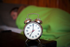Homme et horloge, temps de matin Images libres de droits