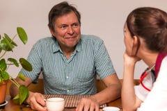 Homme et infirmière ayant une conversation Photos stock