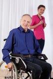 Homme et infirmière handicapés à l'arrière-plan Image stock