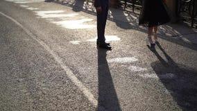 Homme et jeune femme sur une rue Couplez la danse et entourer, des ombres sur une terre clips vidéos