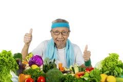 Homme et légume pluss âgé avec des pouces  Photos stock