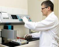 Homme et machine de laboratoire Photo stock