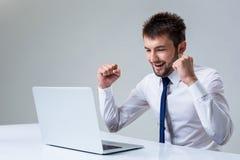 Homme et ordinateur portable émotifs Photo stock