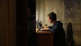 Homme et ordinateur portatif banque de vidéos