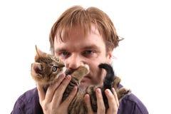 Homme et petit chat Images libres de droits