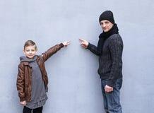 Homme et pose de père et de fils de garçon Photos stock