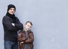 Homme et pose de père et de fils de garçon Photographie stock libre de droits