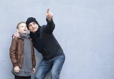 Homme et pose de père et de fils de garçon Images libres de droits