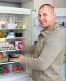 Homme et réfrigérateur photo stock