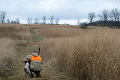 Homme et sa chasse d'oiseau de meilleur ami photo stock