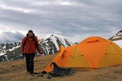 Homme et sa tente Images stock