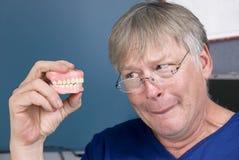 Homme et ses dentiers images libres de droits