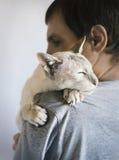 Homme et son chat Photographie stock libre de droits