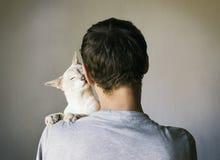 Homme et son chat Images libres de droits