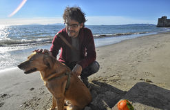Homme et son chien en automne Photos libres de droits
