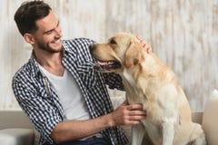 Homme et son chien regardant l'un l'autre image libre de droits