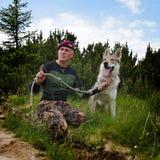 Homme et son chien tchécoslovaque de race de loup Photographie stock libre de droits
