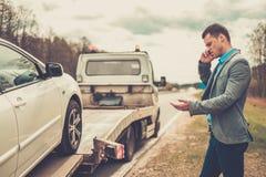 Homme et son véhicule cassé Photos stock