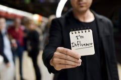 Homme et texte je suis influencer dans une note photos stock