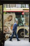 Homme et un autobus photos stock