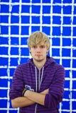 Homme et un mur bleu Photographie stock libre de droits