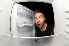Homme et un réfrigérateur vide Photo stock