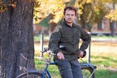 Homme et une bicyclette Photos stock