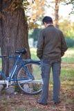 Homme et une bicyclette Images stock