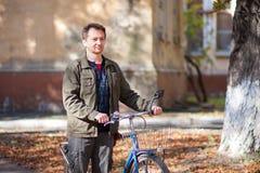 Homme et une bicyclette Photographie stock libre de droits
