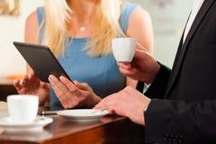 Homme et une femme s'asseyant en café Images stock
