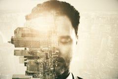 Homme et ville sur le fond abstrait photo stock