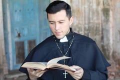Homme ethnique spirituel examinant livre sacré photographie stock libre de droits