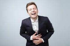 Homme européen bel dans le costume, riant Concept positif d'émotion image stock