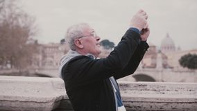 Homme européen supérieur de sourire heureux prenant la photo de smartphone de Rome, Italie sur le mouvement lent de voyage de vac clips vidéos