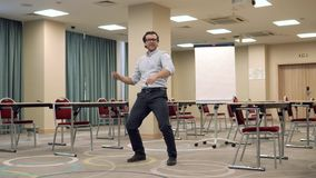 Homme exécutant la danse drôle clips vidéos
