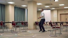 Homme exécutant la danse drôle banque de vidéos