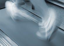 Homme exécutant sur le tapis roulant Photo libre de droits