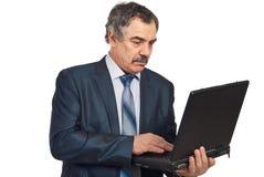 Homme exécutif âgé moyen à l'aide de l'ordinateur portatif Photos libres de droits