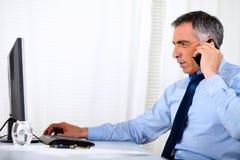 Homme exécutif élégant conversant sur le portable Images libres de droits