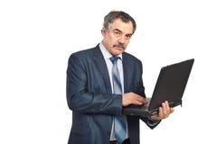 Homme exécutif mûr à l'aide de l'ordinateur portatif Photos stock