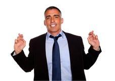 Homme exécutif souriant et croisant les doigts Images stock