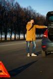 Homme examinant les voitures endommagées d'automobile après interruption Images libres de droits